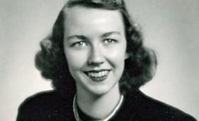 La escritora Flannery O'Connor, una joven que escribe mientras reza