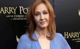 """J. K. Rowling rechaza """"bajar la cabeza"""" ante el movimiento trans"""