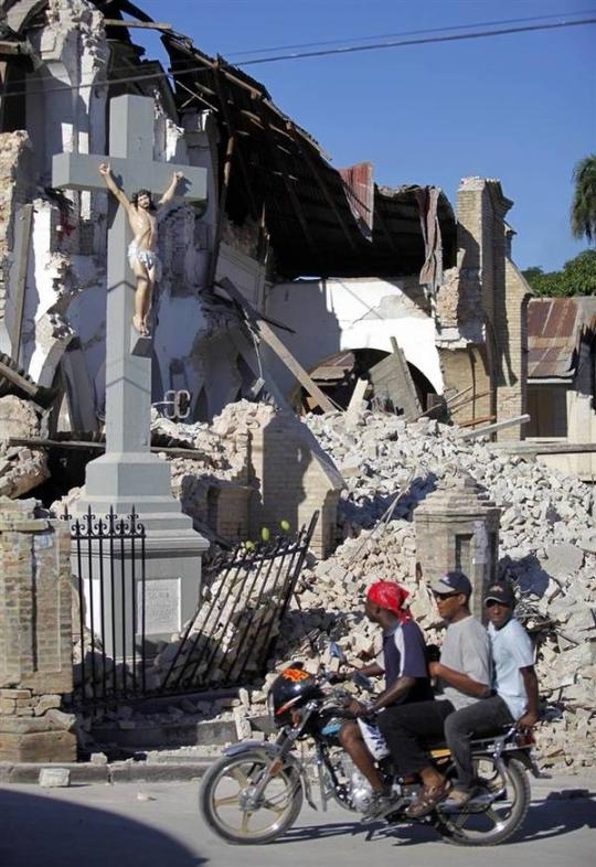 crucifixo_catedral_port_au_prince_haiti_depois_sismo_2010_012