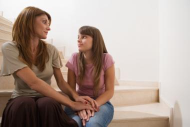 mama-e-hija-hablando